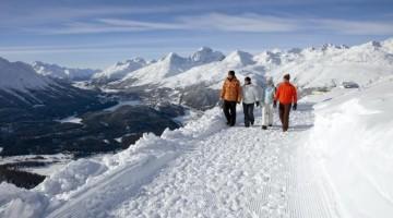 ENGADIN St. Moritz: Winterwandern auf dem Philosophenweg mit Blick auf das gefrorene Engadiner Seenplateau