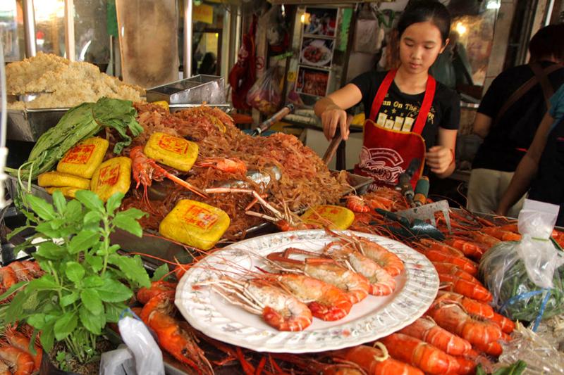 Thailandia: piatto nazionale è il Phat Thai, ovvero sottilissimi spaghettini di riso, saltati con gamberetti, uova, tofu, estratto di tamarindo o aceto, salsa di pesce e zucchero (foto: Alamy/Milestonemedia)