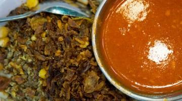 Uno dei piatti più amati dagli egiziani è il koshary, la specialità di riso, pasta, ceci e lenticchia nera, condita con una salsa rossa di pomodoro, dolce o piccante (foto: Alamy/Milestonemedia)