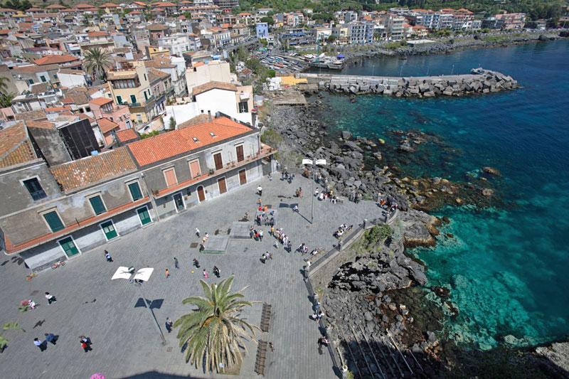 Catania sul mare: sole alla Playa o un tuffo alla scogliera?
