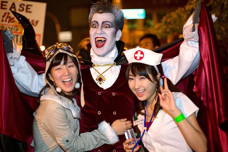 Halloween 2012, zombie e allegri vampiri invadono New York