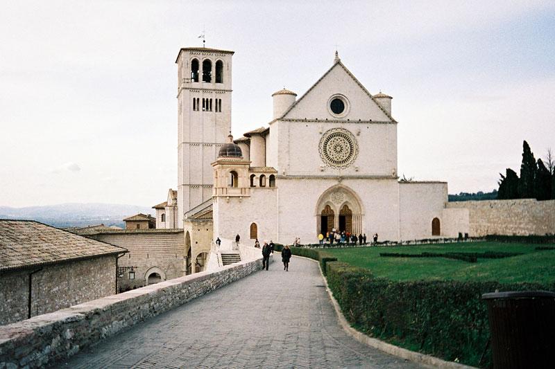 Dalla piazza della Basilica Superiore parte uno dei sentieri che si immergono nel Bosco di San Francesco (foto: Flickr/Chris Yunker)