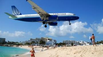 Un aereo sfiora la testa dei bagnanti in fase di atterraggio sull'isola di Saint Martin (foto: Flickr_Helge F.2)