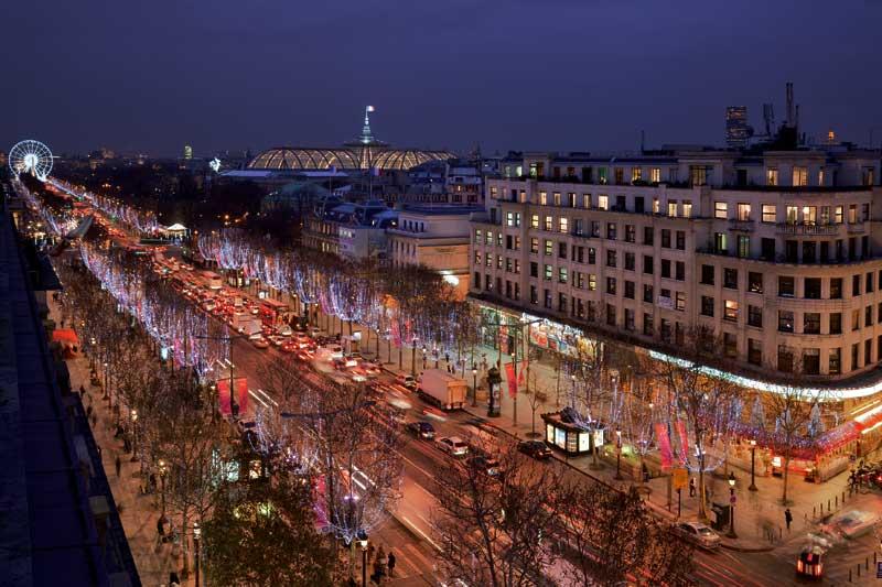 Parigi, aspettando l'anno nuovo a lume di candela