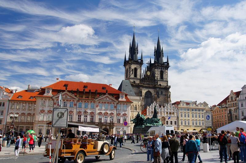 Due cuori a Praga: per mano sul Ponte Carlo