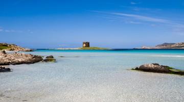 Il mare, quasi caraibico, di Stintino (foto Alamy/Milestone Media)