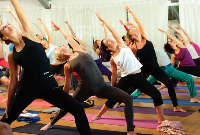 Milano: la paura dell'aereo si vince allo YogaFestival