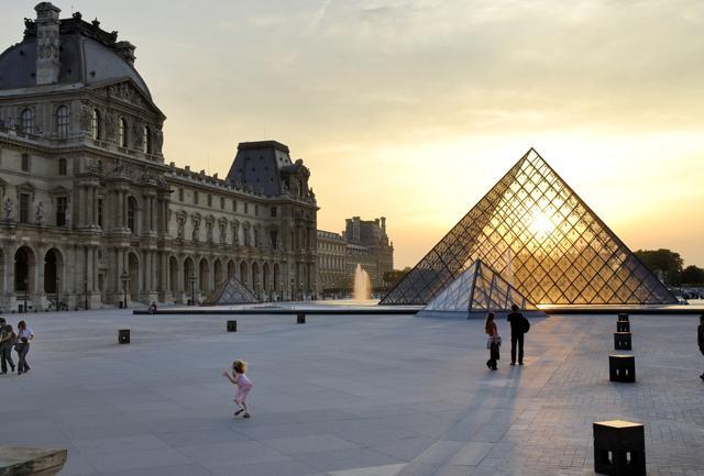 Il Museo del Louvre, primo museo al mondo per  numero di visitatori, con la piramide di vetro   dell'architetto  Ieoh Ming Pei   (foto Atout France)