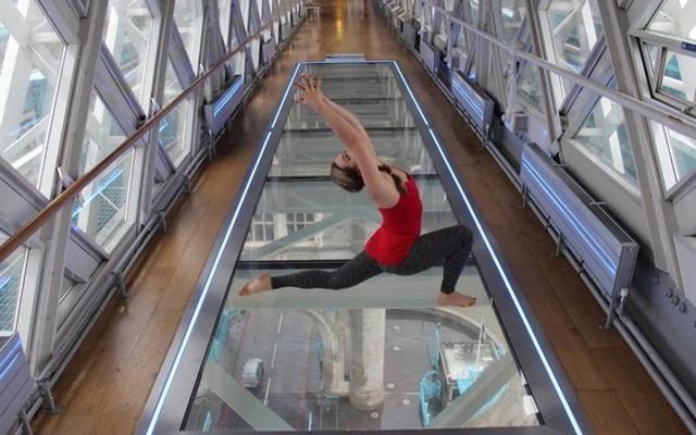 Foto Londra: yoga da brivido sul Tower Bridge