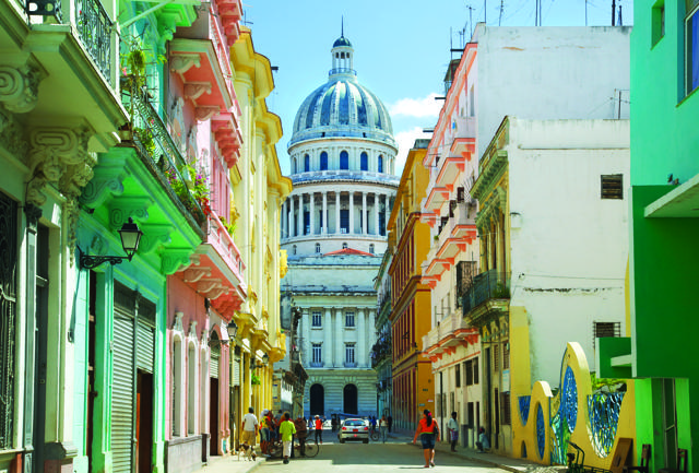 Una via di Habana Vieja, cuore storico della capitale. Sullo sfondo, il Campidoglio, sede del congresso fino al 1959.