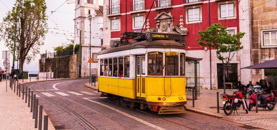 tram-lisbona-thinkstock-U430001301016877lQE-U43080156465624AwD-960x451@Viaggi-Web