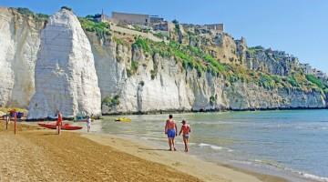 Spiagge di Puglia: a Vieste c'è Pizzomunno, il grande monolite sul mare (foto: Alamy/Milestonemedia)