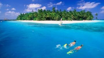 Snorkeling a Fihalhohi. Le Maldive sono un'icona dei mari tropicali, eden dove nuotare tra delfini, mante e tartarughe (foto Alamy/Milestonemedia)