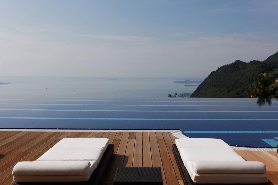Meglio del mare, piscine al top: le FOTO