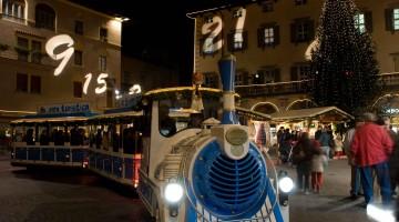 Ad Arco, in provincia di Trento, giochi di luce trasformano mura e pareti di antichi palazzi in un gigantesco calendario dell?Avvento (foto Creativemindstudio)