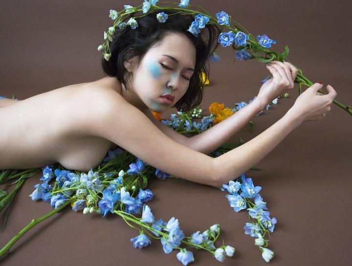 Nude tra i fiori