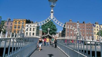 Ha?penny Bridge è lo storico ponte di Dublino sulle acque del Liffey: un tempo si pagava il pedaggio di mezzo penny per attraversarlo, oggi è gratis (foto: Dublin Tourism)