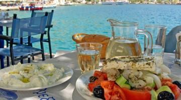 Isole di gusto: un fresco e tradizionale pranzo greco con vista mare (foto: Alamy/Milestonemedia)
