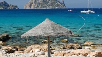 A Ibiza ci sono circa 50 spiagge, baie riparate e ricoperte di pini come Cala Molí o Cala d?Hort, da dove si ammira il piccolo isolotto Es Vedrà (foto: Fomento del Turismo de Ibiza)