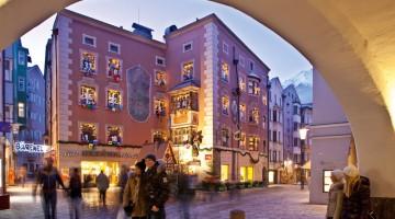 Un grande calendario dell'Avvento sulle finestre di un palazzo di Innsbruck, in Austria