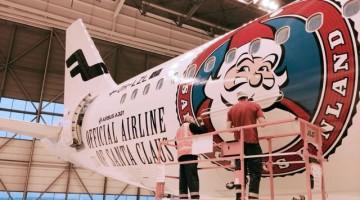 """Finnair ha """"rivestito"""" due Airbus A321 Sharklet con l'immagine di un simpatico Santa Claus sul corpo bianco e slanciato degli aerei"""