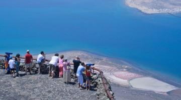 Lanzarote è nota anche come Isla del Fuego (isola del fuoco): la superficie di 795 chilometri quadrati è ricoperta quasi per intero di lava solidificata
