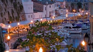 Il porto di Ciutadella, antica capitale di Minorca, ricco di ristoranti e caffè con i tavoli all?aperto