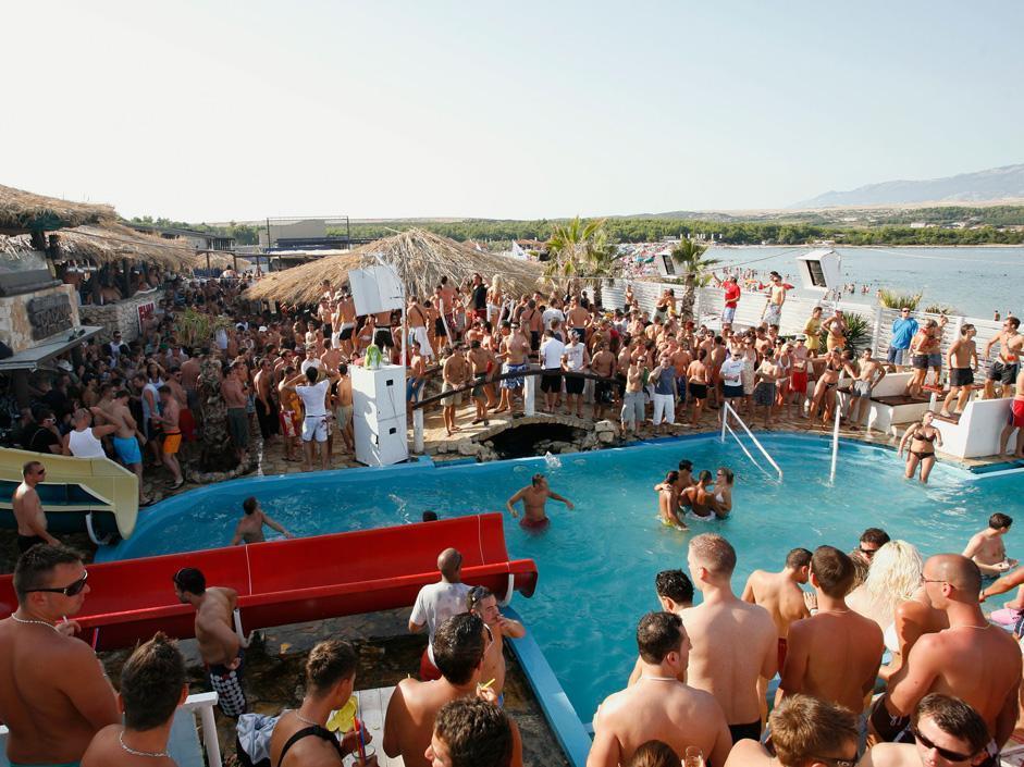 Feste in spiaggia e musica sono spesso gratis, sull'isola Croata di Pag (foto Olycom)