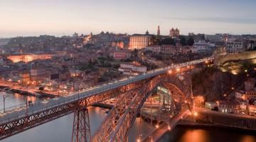 Porto. Il ponte Dom Luis I sul fiume Douro (foto Alamy/Milestonemedia)