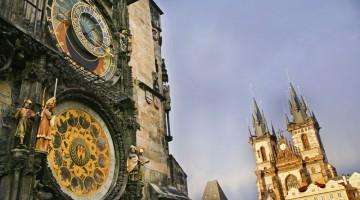 Praga: alle luci dell'alba a Starom?stské nám?stí, la piazza della città vecchia (foto: Alamy/Milestonemedia)