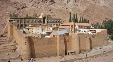 Sul Monte Horeb, detto anche di Mosé, a 1570 metri d?altezza, come fosse un miraggio, si intravede la grande fortezza, il Monastero di Santa Caterina