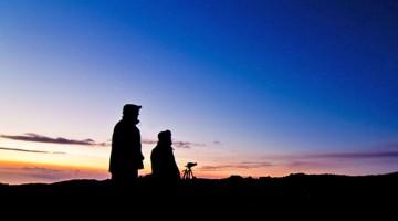 Estate in Sicilia: osservazione ravvicinata alle pendici dell'Etna, al tramonto, in attesa del chiaro manto di stelle (foto: Alamy/Milestonemedia)