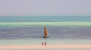 Zanzibar: il fenomeno delle maree crea specchi d'acqua interminabili da esplorare a piedi (foto: Alamy/Milestonemedia)