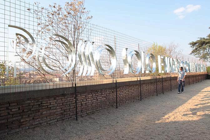 Marzia Migliora, Ginnastica dei ciechi – La corsa al cerchio, 2012, una delle installazioni al giardino di Sant'Alessio, Roma. Photo Camilla Borghese