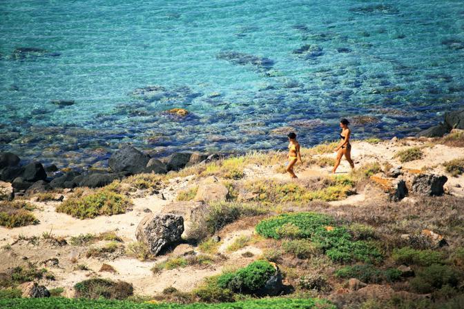 Così, a piedi nudi sulla sabbia