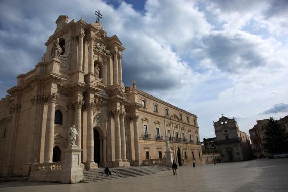Piazza Duomo, a Siracusa, è il salotto della città. Di forma vagamente semicircolare, è circondata dalla Chiesa di Santa Lucia alla Badia, dal Palazzo del Senato (sede del Municipio) e da Palazzo Arcivescovile