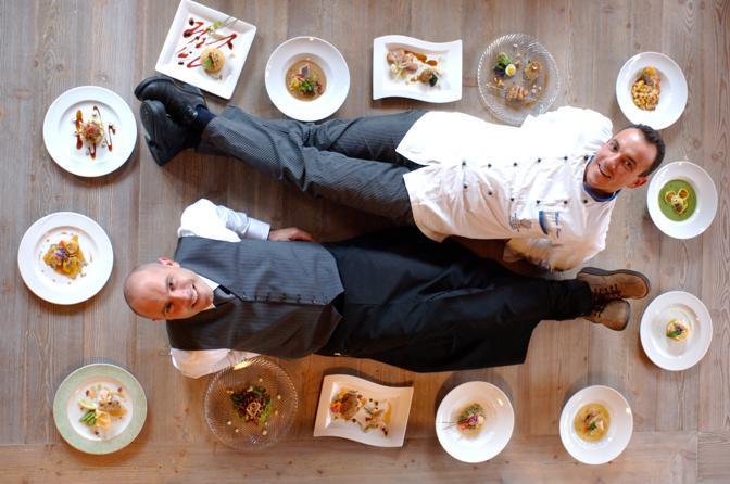 Lo chef stellato Paolo Donei  nella cucina di Malga Panna