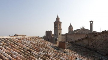I tetti del borgo San Genisio, alle pendici dei Monti Sibillini