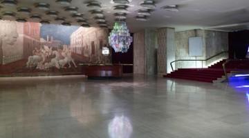 Pipilotti Rist, Cape Cod Chandelier, 2011. Allestimento al Cinema Manzoni, Fondazione Nicola Trussardi, Milano. Photo: Marco De Scalzi. Courtesy Pipilotti Rist; Hauser & Wirth