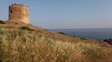 La torre aragonese nel tratto di costa di Isola Rossa, in Gallura