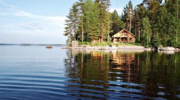 Finlandia: c'è più acqua che teraaferma, quasi 14 mila le isole e oltre 187 mila i laghi. Nella foto, un cottage in riva al lago