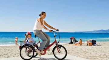 Varigotti, in bici sulla spiaggia de La Giara, lo stabilimento balneare più trendy