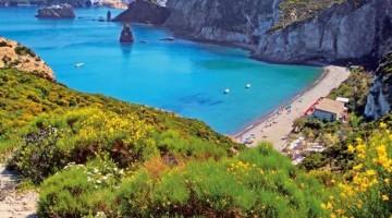 La spiaggia di Frontone prende il nome dalla forma della roccia tufacea bianca simile al frontone di un tempio greco