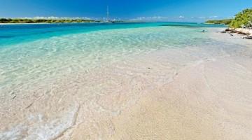 Laguna color smeraldo sull'isola disabitata di Petite-Terre, a circa 7 miglia da Guadalupa