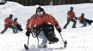 Alcuni dei ragazzi della Scuola di Sci di Sauze d'Oulx, sulle montagne torinesi. Grazie al progetto di BMW Italia, i portatori di handicap possono seguire gratuitamente le lezioni di maestri di sci specializzati