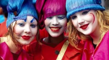 Alla parata del St. Patrick's festival, gruppi teatrali  artisti di strada, ballerini e bande musicali provenienti dall'Irlanda e da tutto il mondo
