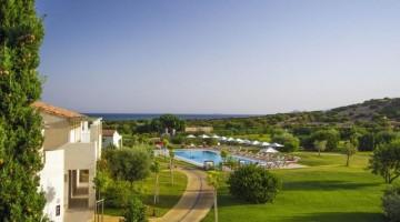 Veraclub Suneva & Golf: le case, nel corpo centrale o sparse nel verde, sono in stile tipico sardo fuori, moderne e minimali dentro. Intorno, il verde, la piscina e il mare