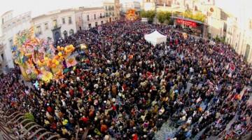 La Piazza Duomo di Acireale è il cuore della festa e ospita spettacoli e sfilate