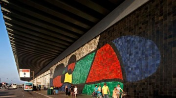 Un Benvenuto da Miró anche per chi arriva per vie aeree: grande e coloratissimo il murales al Terminal 2 dell?aeroporto di Barcellona (foto: Pepe Navarro©Fundació Joan Miró)