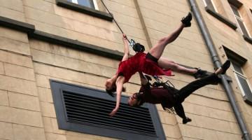 Elastico Tango: sorprendente la performance di tango in verticale con Odile Gheysens e la sua compagnia di danza In Senso (foto: Facebook/Bruxelles Tango Festival)